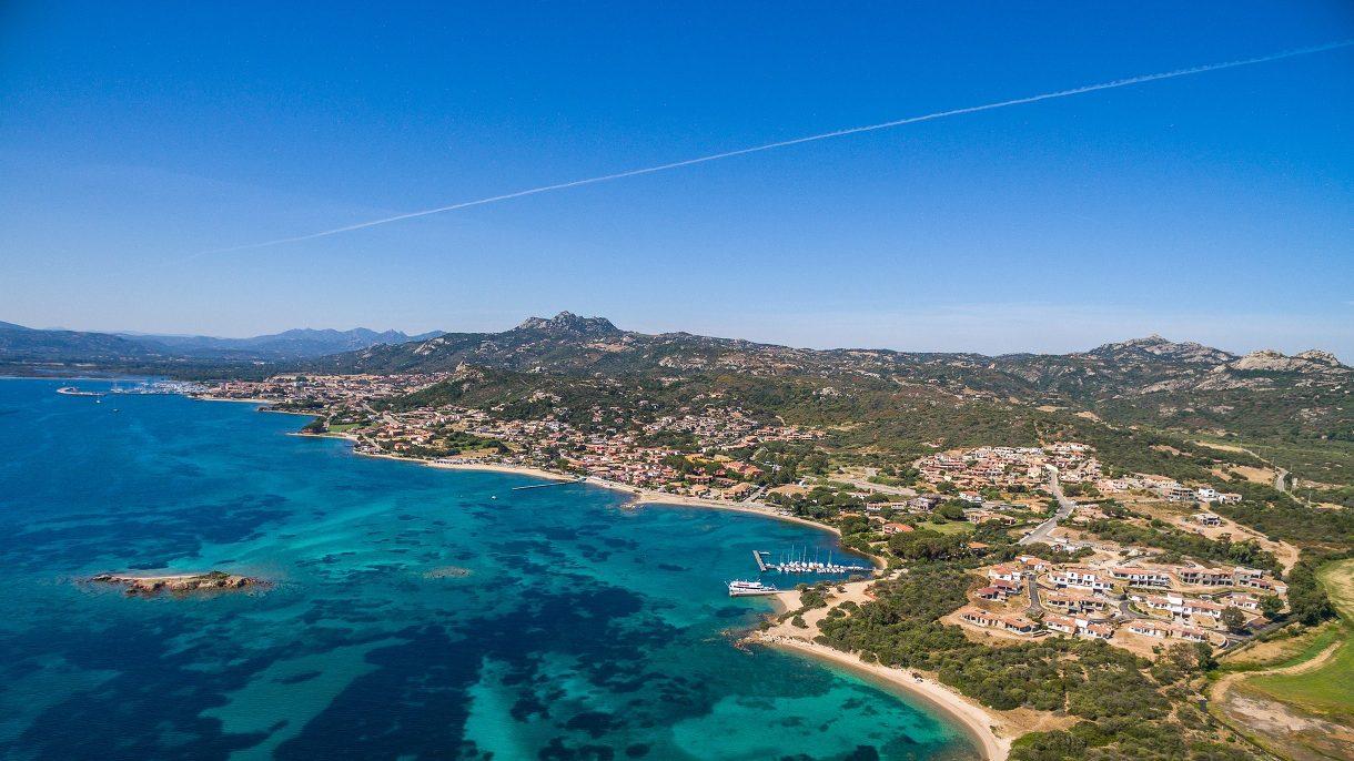 Vue aérienne du complexe Borgo Harenae et de la mer