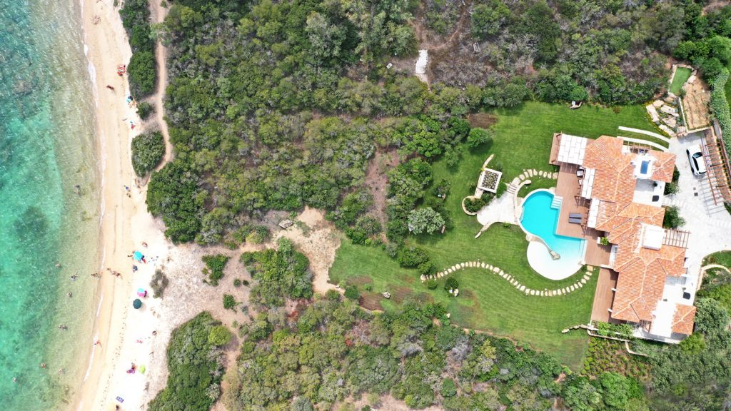 Villa immersed in a magnificent garden next to the sea