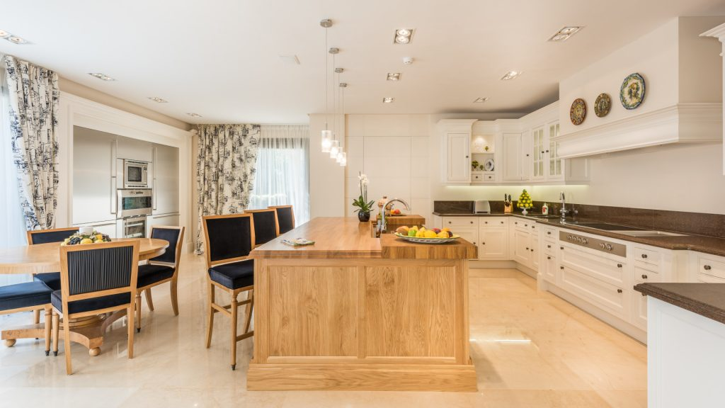 Kitchen with dining area of this property in Marbella