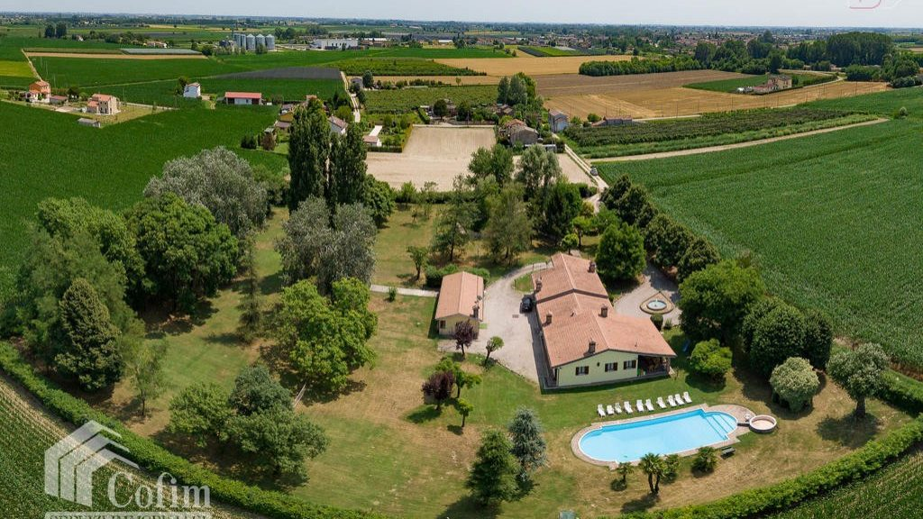 Villa for sale surrounded by a green landscape in Polesine, Rovigo