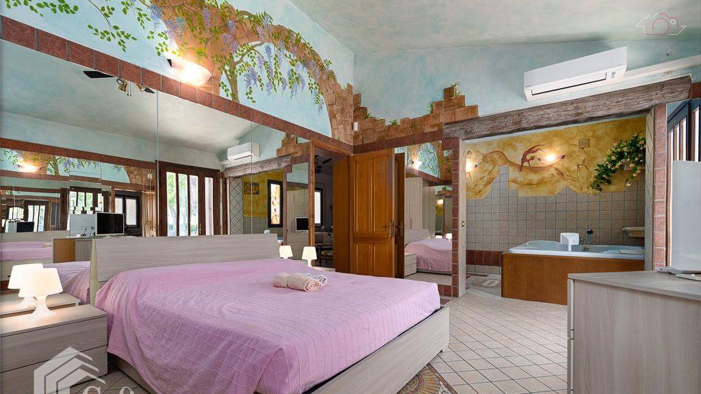 Master en-suite bedroom with al fresco décor
